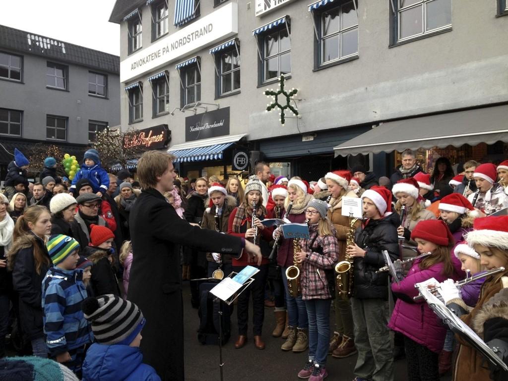 JULEMUSIKK: Nordstrandskolenes musikkorps bidro med musikk under julegrantenningen på Sæter.