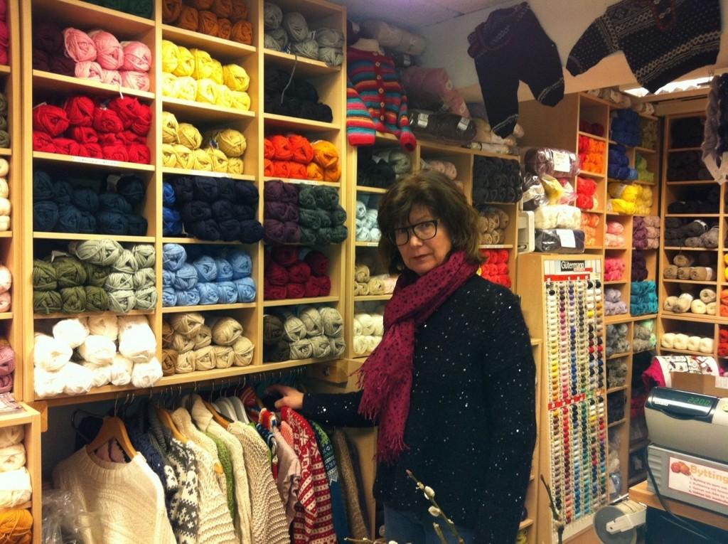 """HERFRA: Fra denne """"hengeren"""" har flere gensere blitt borte, rett ved disken og kasseapparatet, viser Iren Jørgensen. FOTO: Kristin Tufte Haga"""