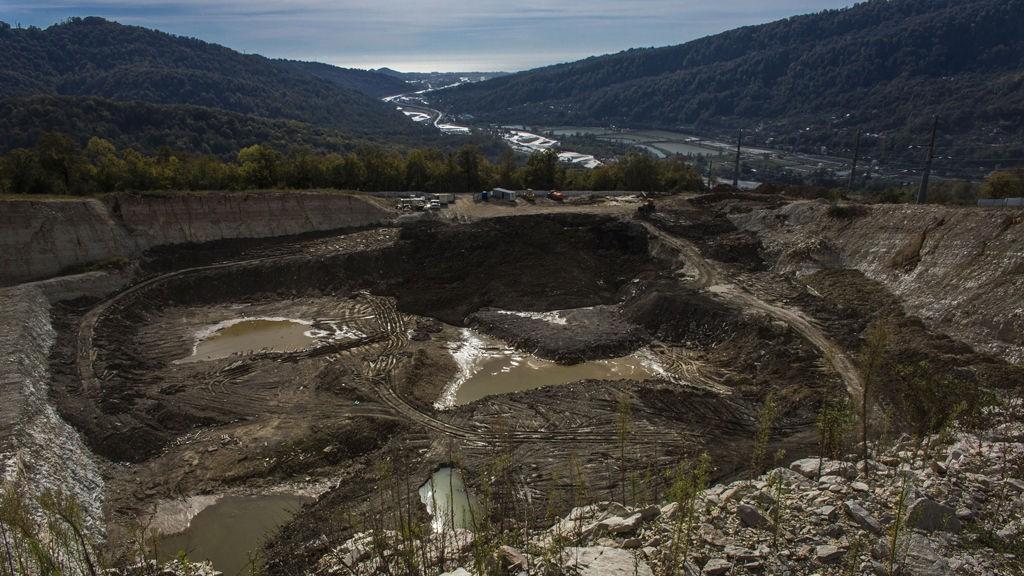 BLIR SØPPELDYNGE? Dette steinbruddet i Akhshtyr brukes ifølge naturvernere til ulovlig dumping av avfall etter byggearbeidene til Sotsji-OL.