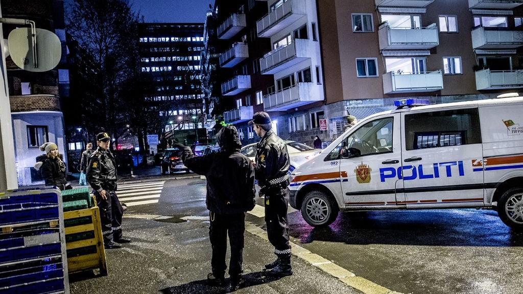 Politi i Borggata i Oslo der en mann ble ranet av ukjente gjerningsmenn torsdag kveld.