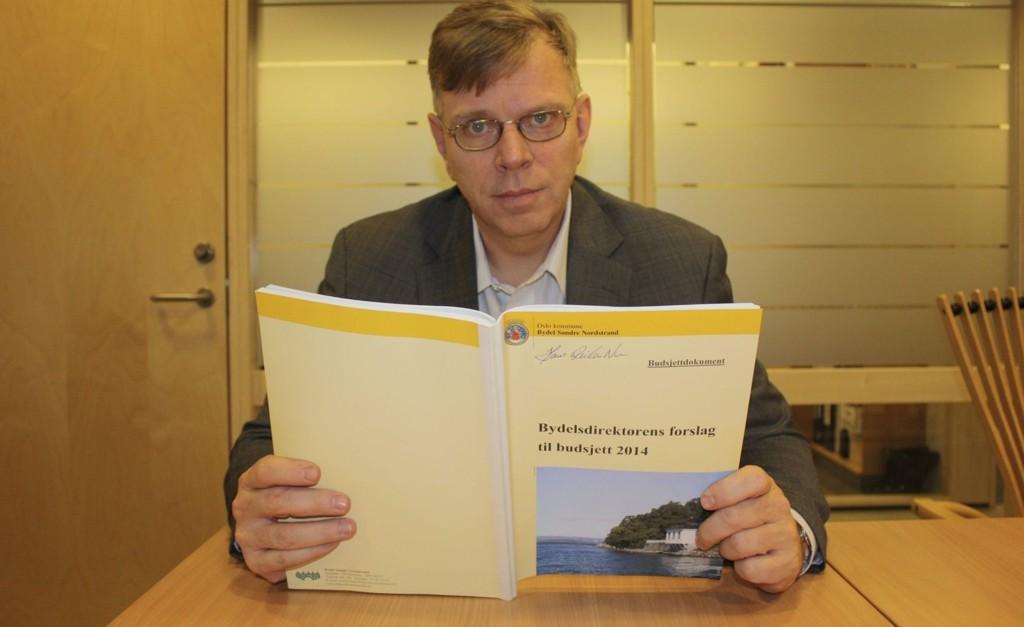 MELLOM TO PERMER: Bydelsdirektør Hans Reidar Ness la nylig frem forslaget til budsjett for Søndre Nordstrand 2014. Torsdag 19. desember skal det godkjennes av bydelsutvalget.