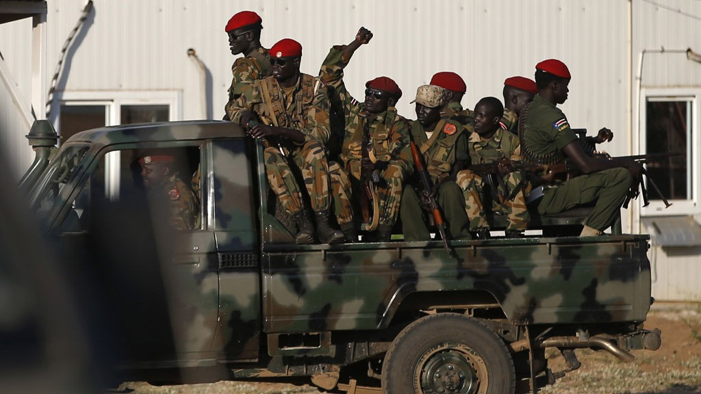 SPLA-soldater sitter med våpnene klare i hovedstaden Juba.