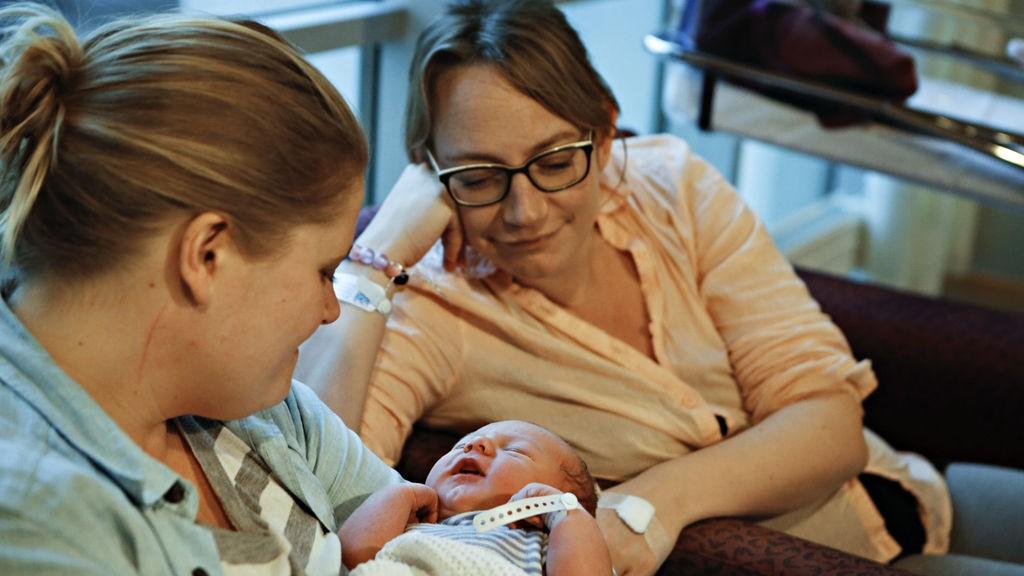 ÅTTE MINUTTER OVER: Klokken viste 0.08 01.01.2014, da lille Ester kom til verden. Årets nyttårsbarn ble født ved Ullevål Sykehus. Mamma Silje Amundsen Faugli (t.h.) og medmor Inga Lund Bjørnsen (t.v.)