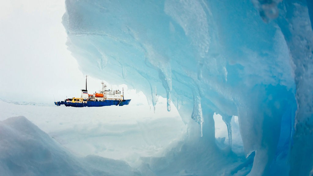 ISFAST: Været er fortsatt for dårlig til å kunne hente ut passasjerene på det russiske skipet som siden julaften har sittet fast i isen i Antarktis.