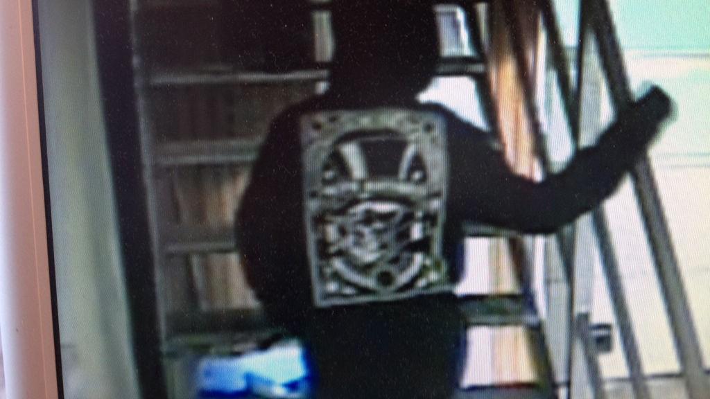 FANGET PÅ KAMERA: Et overvåkingskamera fanget opp personen som skal ha stått bak ransforsøket på Shell-stasjonen på Ørje før jul.