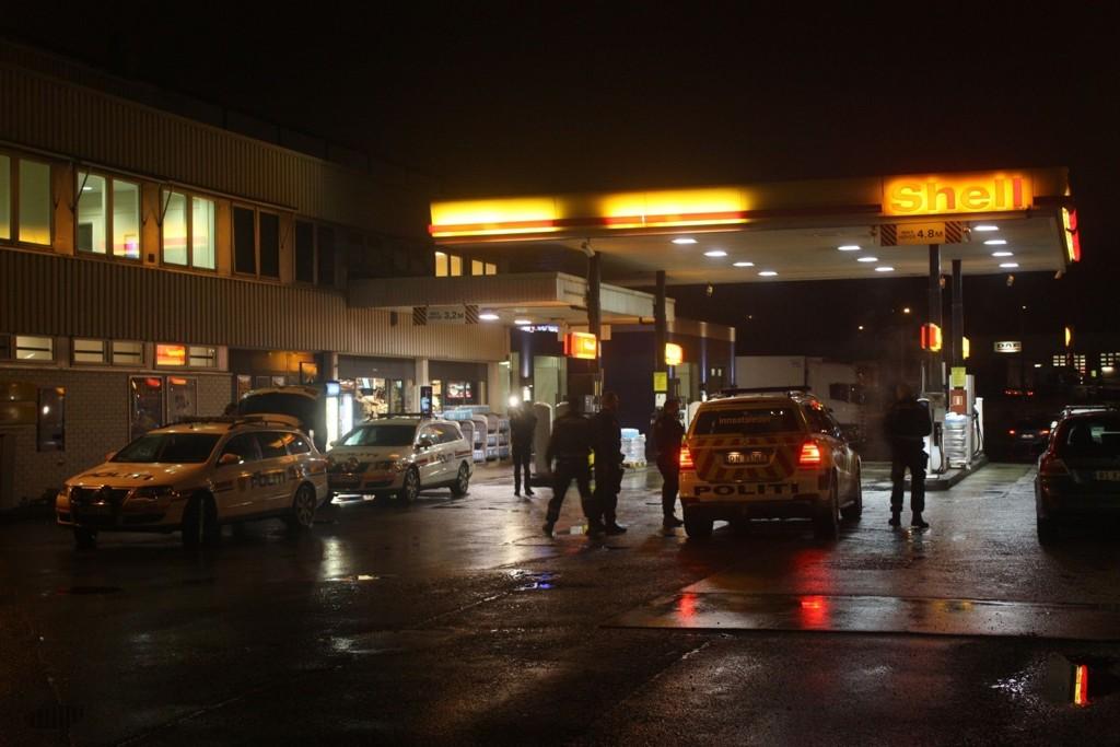 JAKTER RANSMANN: Politiet rykket like før klokken syv i morges ut etter melding om ran av Shell på Karihaugen.