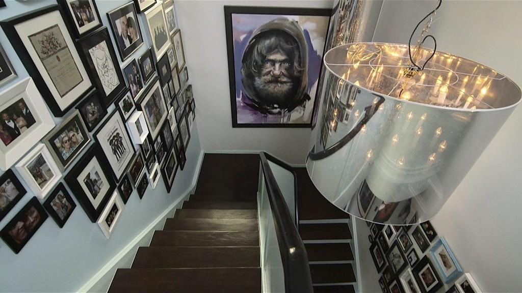 TRAPP I TIDEN: Kunst, bilder av nære og kjære og belysning som krever gjestenes oppmerksomhet. Kristoffer Evangs portrett av en hjemløs har sentral plass.