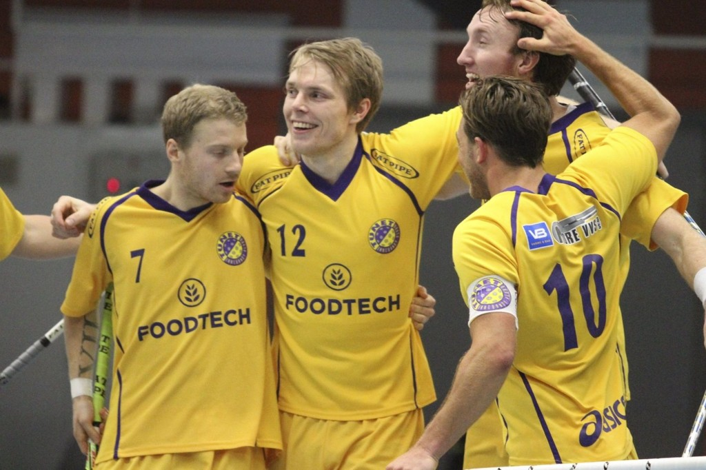 JUBEL: Christoffer Jaksland (venstre), Thomas Isaksen, Fredrik Hoff Eriksen og Ole Mossin Olesen jubler etter en scoring.