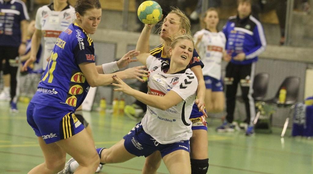 FIGHTET: Kaptein Lillann Eeg Kjærnsmo fightet bra mot Storhamar, og scoret tre mål i matchen NIF tapte 27-26. FOTO: ARILD JACOBSEN