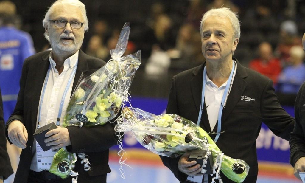 BLE HEDRET: Speakerne Bjørn Tore Lie (venstre) fra Holmlia og Arne Skarprud fra Karlsrud takket for seg som speakere under NM-finalene i håndball etter mange års innsats.