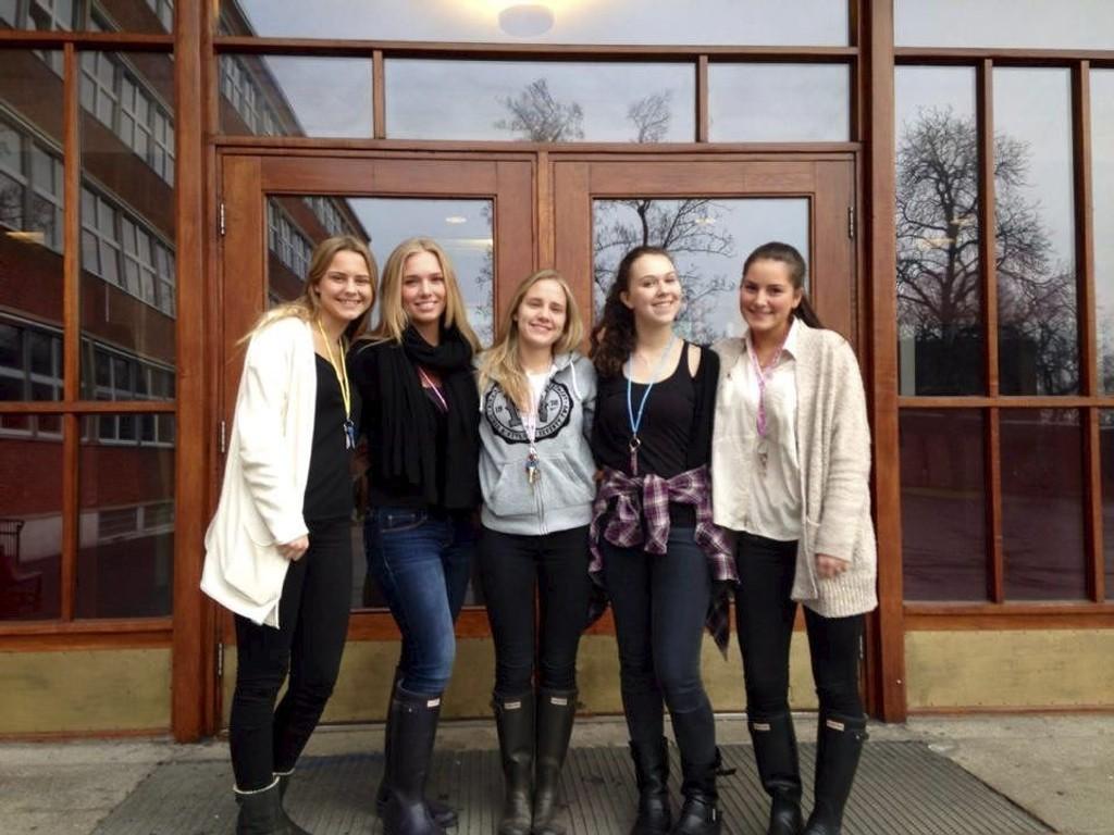TEDDY CHAIN: Jentene fra Oslo Handelsgymnasium perler til inntekt for Redd Barna. Fra venstre: Thea Berg (17) Ullern/Bestum, Celine Sedal (17) Vestre Aker/Holmenkollen, Emilie Johansen (17) Nordstrand/Ekeberg, Maria Hansteen (17) Nordre Aker/Nordberg, Thea Endsjø (17) Vestre Aker/Røa.