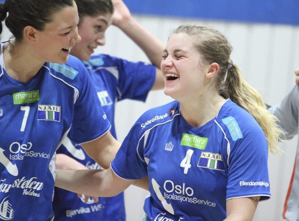 LATTERLIG SEIER: Matchvinner Zoe Van Der Weel (høyre) og Ingvild Flovik gleder seg over seieren mot Gjøvik i siste sekund. FOTO ARILD JACOBSEN