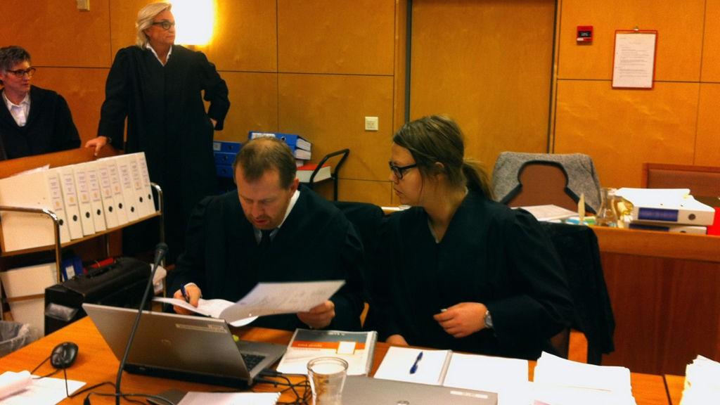 AKTORATET: Statsadvokat Peter André Johansen og politiadvokat Anne Siv Åvitsland skal overbevise juryen om at ekteparet er skyldige etter tiltalen. I bakgrunnen advokat Gunhild Lærum, som er bistandsadvokat for alle de tre barna.