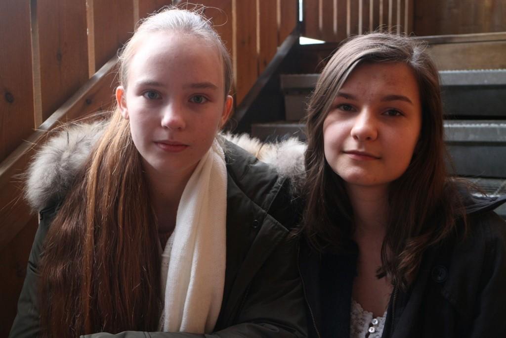 Sofie Wara Bertheussen (t.v.) og Andrea Grimnes synes det er trist at det har blitt så populært å drikke alkohol blant mindreårige.