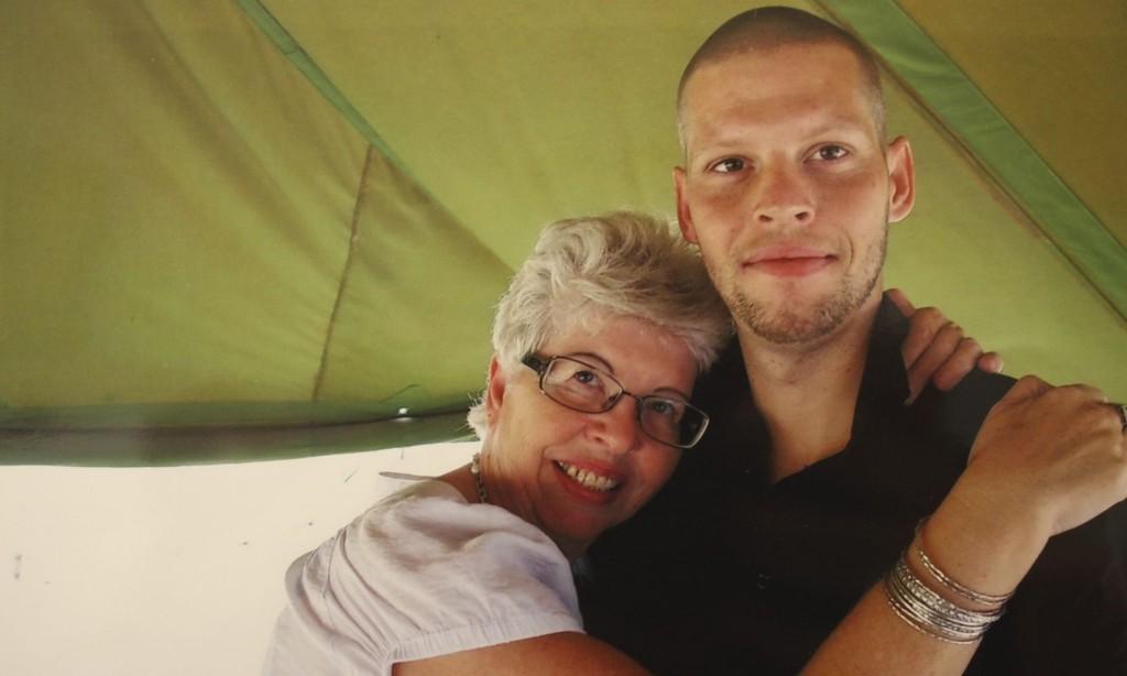 MOR OG SØNN: Kari Hilde French er i Kongo for å støtte sønnen Joshua under rettssaken mot ham som starter igjen i morgen. Foto: Privat