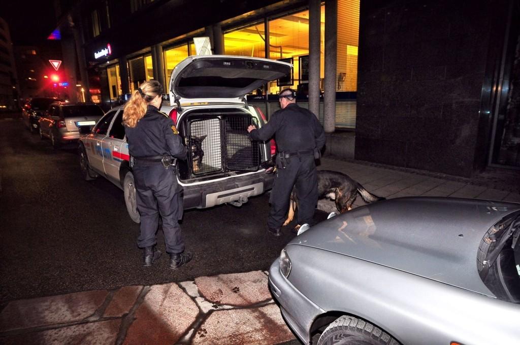 Politiet brukte hunder for å lete etter gjerningspersonene.
