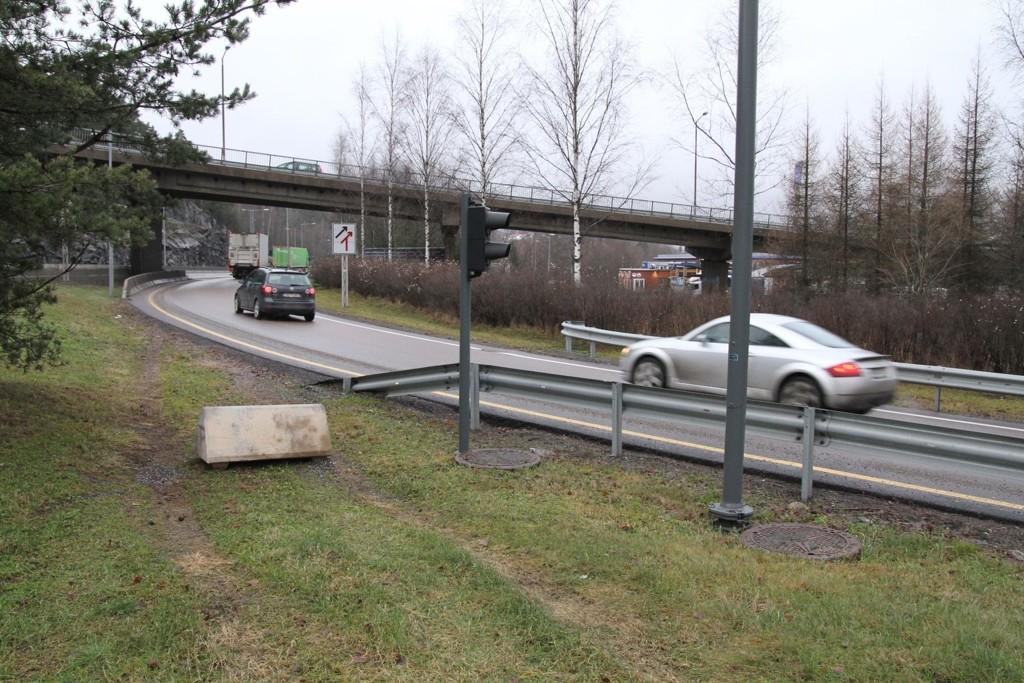 SPERRING: Statens vegvesen har satt opp steiner som sperrer for gratispassasjerene som benyttet seg av et smutthull i bomringen på E6 ved Abildsø.