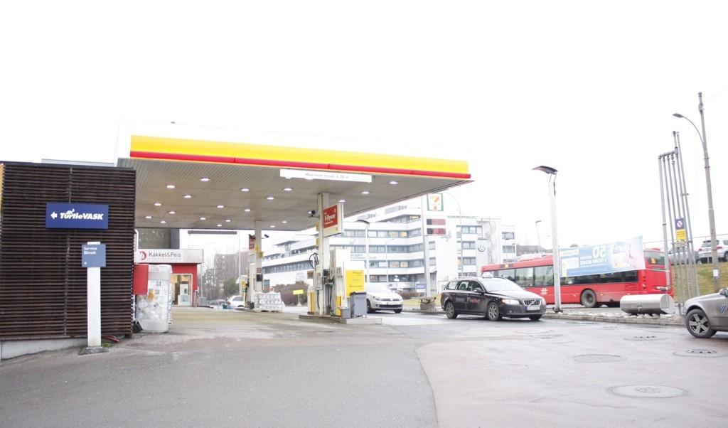OMREGULERT: På denne tomten på Ryen var det opprinnelig planlagt å rive bensinstasjonen og oppføre et nytt næringsbygg. Hva ny eier vil gjøre er foreløpig usikkert, men ny regulering tilsier et stort nybygg.