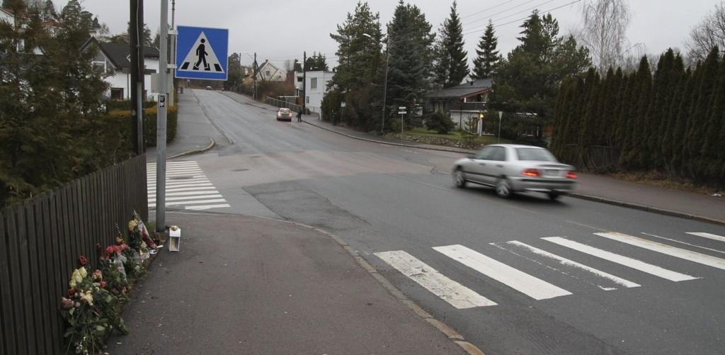 ULYKKESSTEDET: Det er fortsatt lys og blomster i krysset Enebakkveien-Smedbergveien, der en 35 år gammel kvinne mistet livet 12. desember 2013.