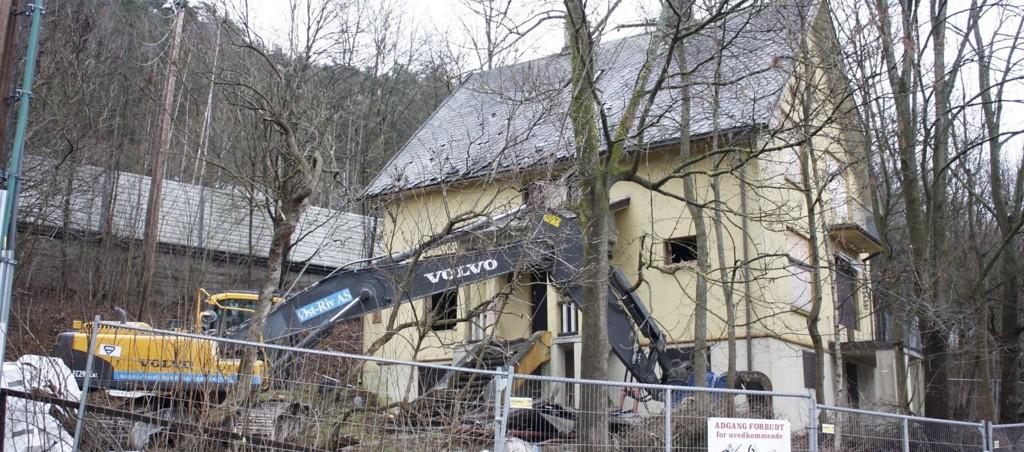 SNART HISTORIE: Arbeidene med å rive villaen er i gang. Den er 126 år gammel, men har forfalt etter at det har stått tomt i åtte år.