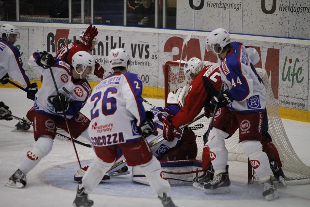 De tidligere Vålerenga-spillerne, Knut Henrik Spets og Steffen Thoresen, kjemper for å få pucken inn bak Steffen Søberg. I bildet fra forrige oppgjør mellom lagene i Lørenskog.