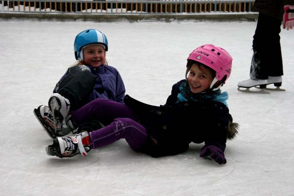 MORO: Litt knall og fall, men aller mest gøy på isen ved Storo Storsenter, fra venstre Andrea (5) og Mina Isabel (7). FOTO: Kristin Tufte Haga