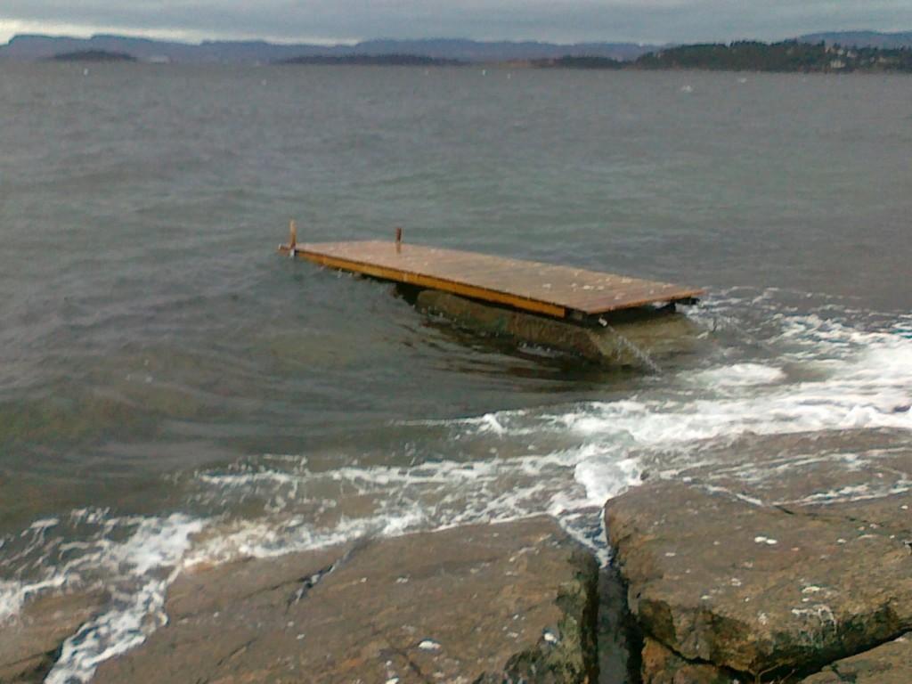 BRYGGE PÅ VIFT: Denne bryggen slet seg fra Fiskevollen i Bydel Nordstand i romjulen. Tips om hvor den kan ha tatt veien ønskes. Foto: Privat