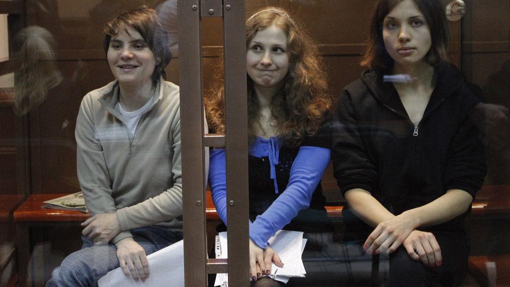 Maria Aljokhina (24), Jekaterina Samutsevitsj (30) og Nadezjda Tolokonnikova (22) i retten i dag. Samutsevitsj slapp i dag fri fra «glassburet», bokstavelig talt.