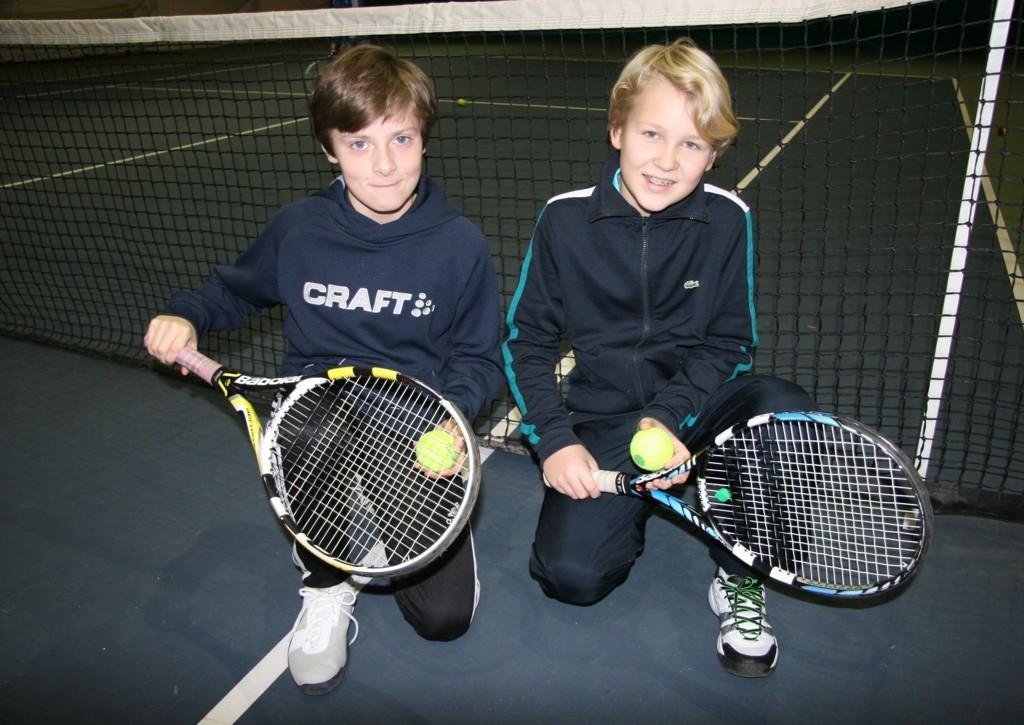 TAK: Tennisentusiastene - fra venstre - Simon Ulstrup (12) og Martin Hovelsrud (12) vil gjerne ha flere baner med tak over hodet. FOTO: Kristin Tufte Haga