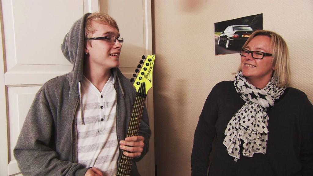 ROCKA STIL: Tobias og mamma Ann Cathrin Nilsen får seg en overraskelse i serien «Norges styggeste rom».