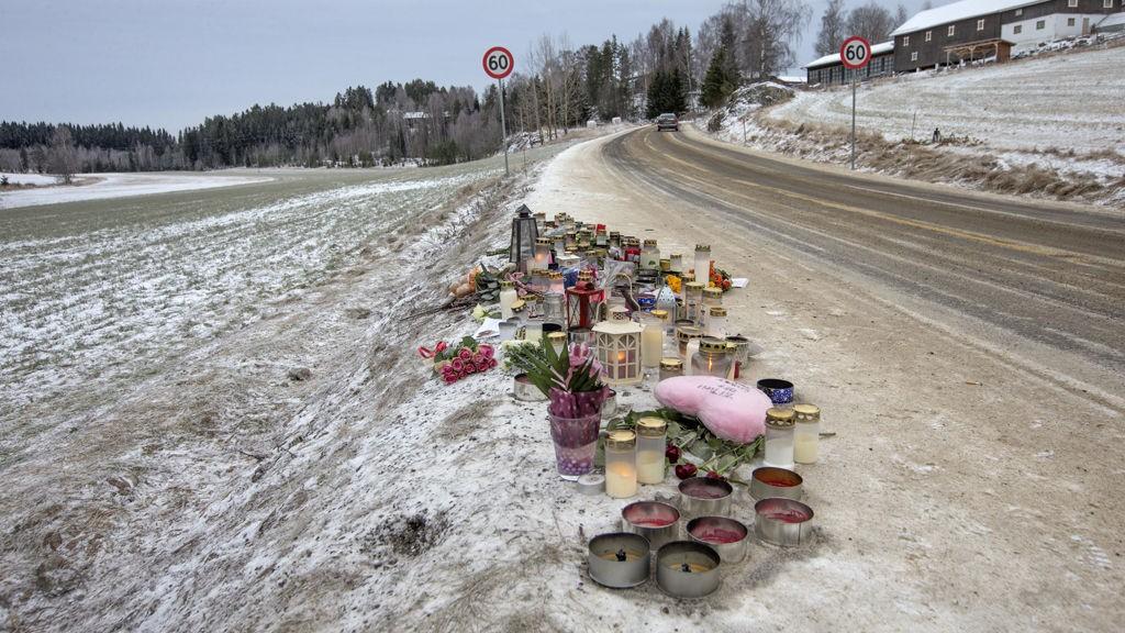 Bjørkelangen, Akershus 20140113. Blomster og lys er tent på stedet langs fylkesvei 125 i Bjørkelangen hvor en 11- årig jente og en 13 -årig venninne ble påkjørt lørdag og senere døde, da de var ute og red i en sulky.