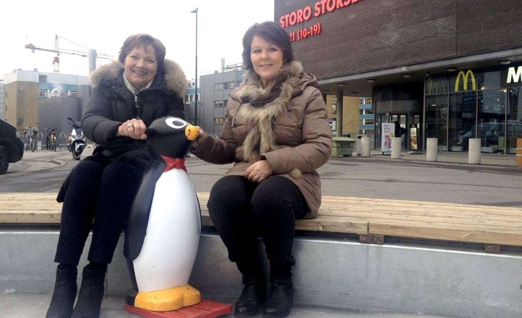 FANT NAVNET: Senterleder Unni Merethe Aasgaard (t.v) gratulerer Sølvi Byfuglien Johansen med navnet. Foto: Fredrik Eckhoff