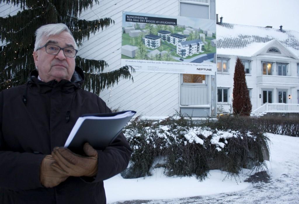 STILLER SPØRSMÅL: Hroar Møthe på frikirketomten i Kongsveien 82. Her annonserer Neptune at de skal starte byggingen av 45 leiligheter høsten 2014. – Uhørt. Reguleringen er ennå ikke vedtatt, sier Hroar Møthe som stiller spørsmål ved hele prosessen.