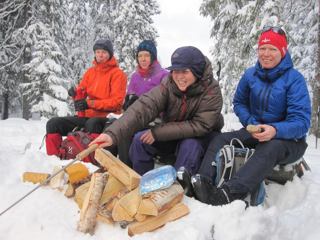 PÅTUR: Marianne steker marinert entrecote, mens fra venstre Ida, Ingvill og Siri sikkert håper på en smakebit? Foto: Nina Didriksen
