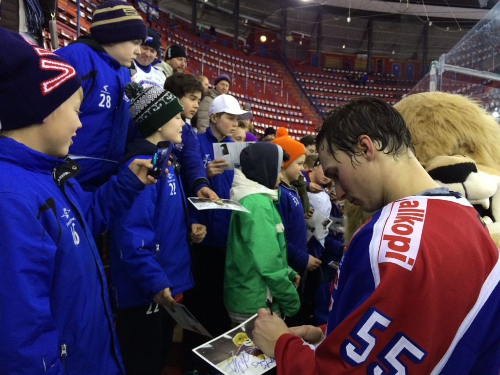 Kaptein Brede Frettem Csiszar, signerer bilder av Kongen i møte med barna. Her etter kampen mot Sparta Sarpsborg.
