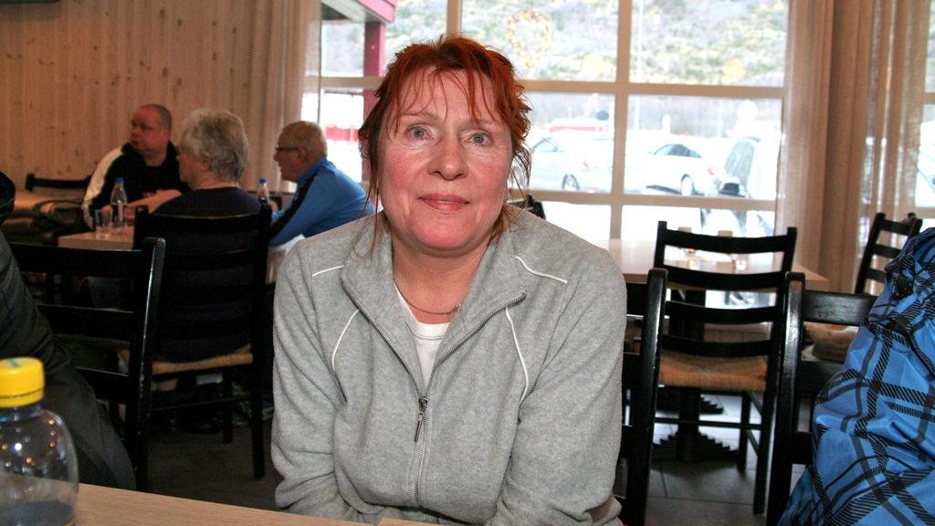 Elisabeth Forsman (t.v.) mista alt ho hadde i leilegheita si under katastrofebrannen i Lærdal natt til søndag. Søndag ettermiddag framleis på Håbakken.