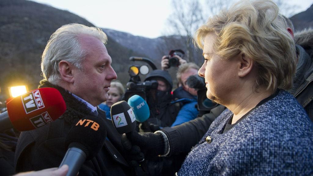 Statsminister Erna Solberg ankommer sykehuset i Lærdal mandag morgen og blir møtt av ordfører Jan Geir Solheim.