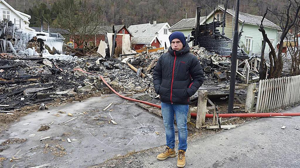 Leiv Thomas Faulkner (18) så huset sitt i brann på TV. Mandag var han tilbake på branntomten.