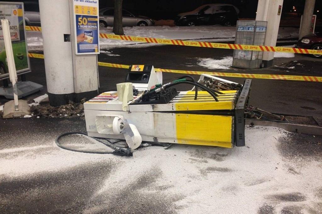 Den uoppmerksomme føreren rev med seg hele bensinpumpa.