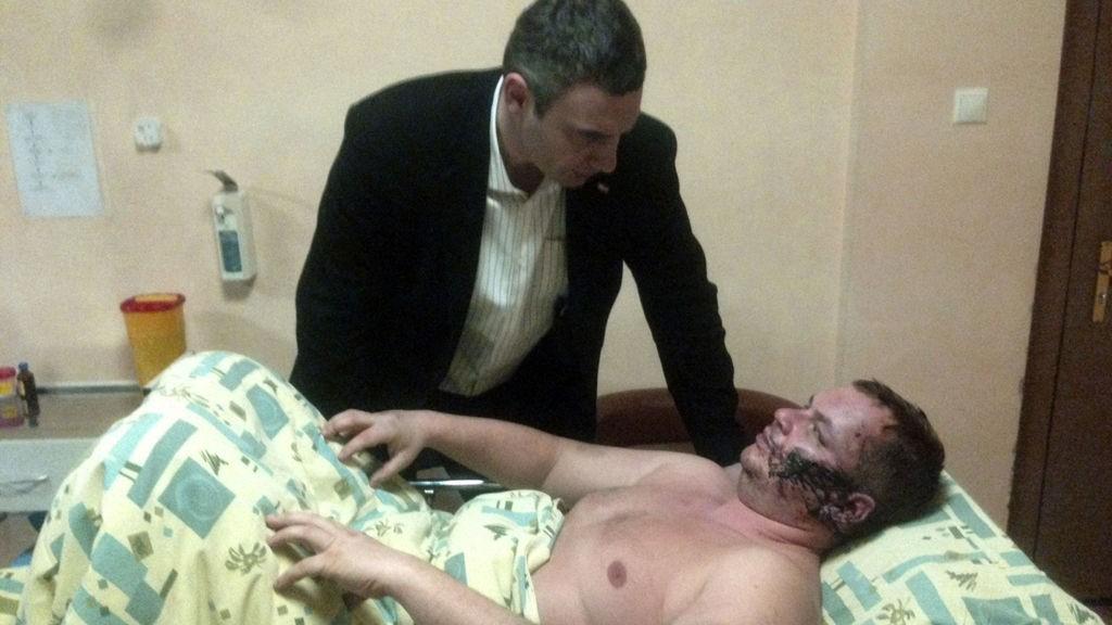 BESØK PÅ SYKEHUSET: Opposisjonsleder Vitaly Klitsjko, som fredag besøkte Bulatov på et sykehus i Kiev, anklager regjeringstro folk for å stå bak bortføringen og mishandlingen av Bulatov.