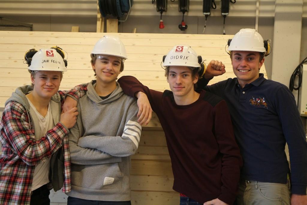 F.v.: Felix Ditlev-Simonsen, Sjur Haakestad, Didrik Myrland og Paal Maseng sier det er helt greit å jobbe litt ekstra for å få både fagbrev og spesiell studiekompetanse etter fire år.