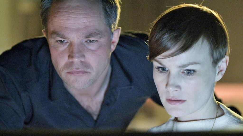 JON ØIGARDEN og Lena Kristin Ellingsen som henholdsvis journalist og Økokrim-forsker i «Mammon+.