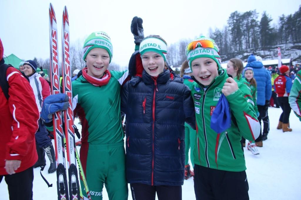 Jens Høie (t.v), Christine Arnkværn og Jacob Blixt Flaten jubler etter stafettgullet.