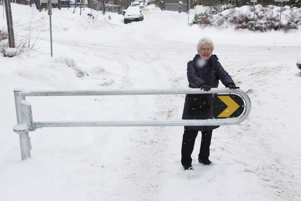 Berit Seljelid tok sjansen på bli med dittOslo ned til den omstridte bommen. Mye snø, glatt og tung bom gjør det vanskelig for eldre og funksjonshemmede.