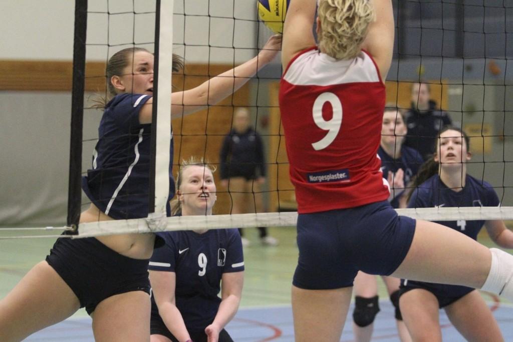 STOPPET: Caroline Kavli og Koll ble effektivt stoppet av Edyta Weclawek og Oslo Volley i Kringsjåhallen. FOTO: ARILD JACOBSEN