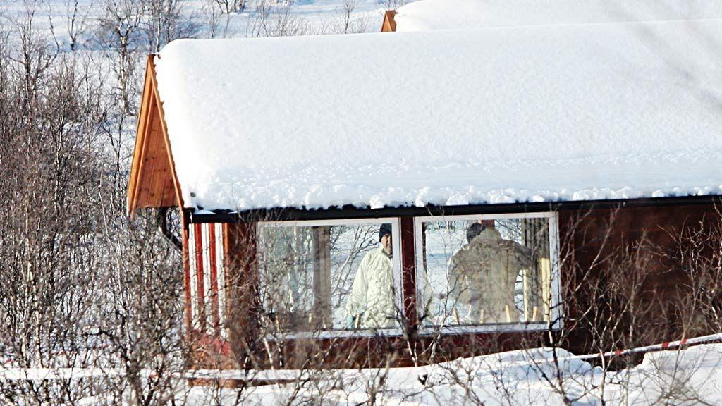 GJORDE UNDERSØKELSER: Kriminalteknikere arbeidet mandag i hytta der avdøde Helge Mannsverk ble drept.