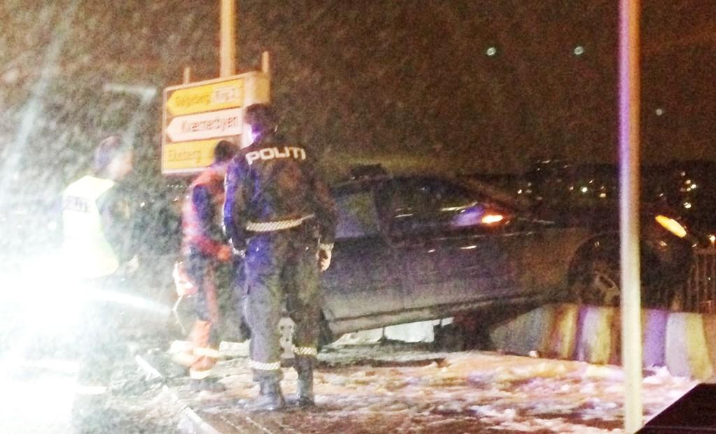 Bilen holdt hundre km/t da den krasjet inn i et skilt, og endte ferden her. Føreren skal ikke hatt gyldig førerkort.