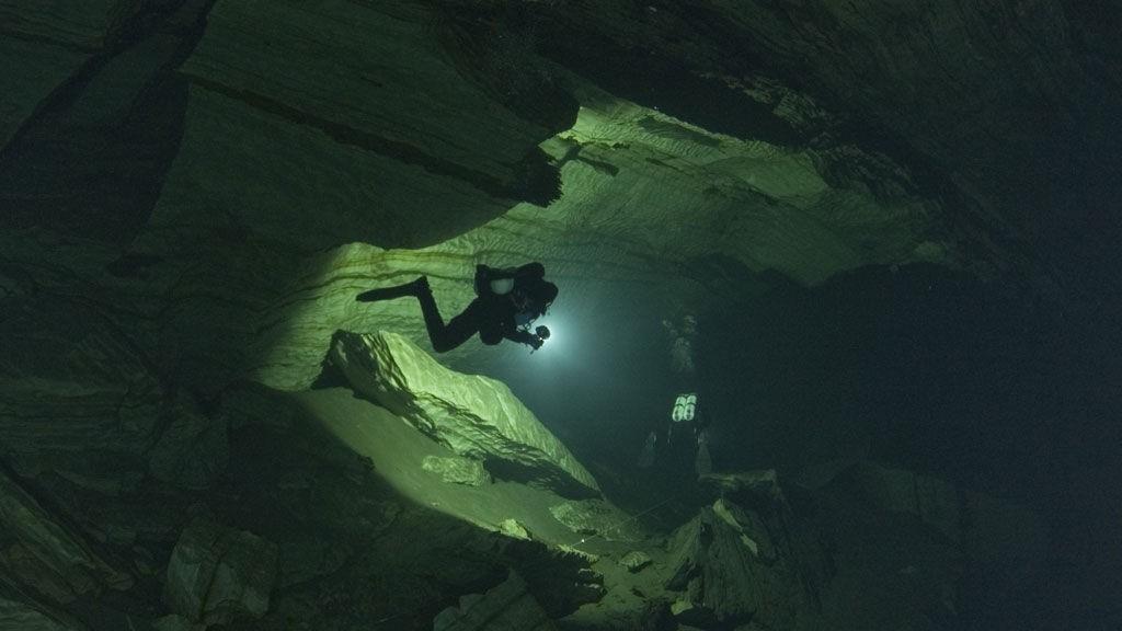 Arkivbilde fra Pluragrottene i Nordland hvor to finske dykkere omkom i en ulykke natt til fredag.