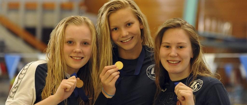 LAMBERTSETER PÅ PALLEN: Mange Lambertseter-svømmere havnet på pallen i løpet av stevnet. Her er Marte Løvberg, Augusta Remøy og Emma Augustsson.