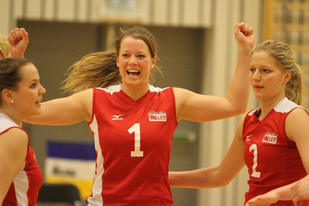 JUBLET FOR TIDLIG: Mari Bergum Berget (midten) og Oslo Volley jublet for mye bra spill, men seieren glapp mot serieleder Stod Volley.